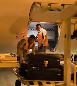 Funcionários do aeroporto carregando avião