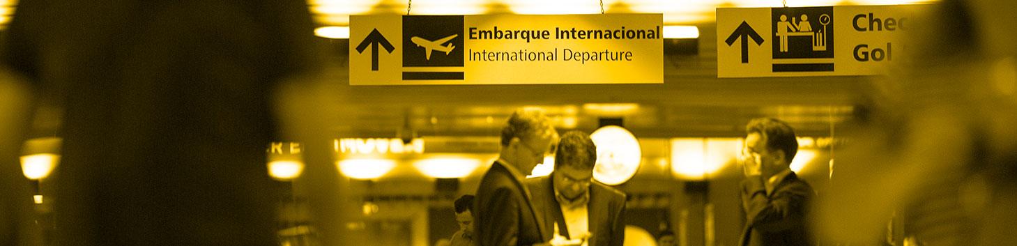 foto de pessoas em aeroporto brasileiro - ABEAR