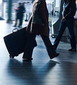 imagem pessoa carregando mala - ABEAR